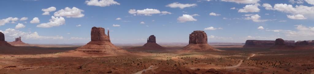 Panorama mit den Tafelbergen Sentinel Mesa, West Mitten Butte, East Mitten Butte und Merrick Butte (von links nach rechts)